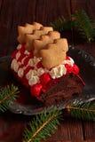 Gâteau de petit pain de chocolat de Christmass avec de la crème photos stock