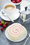 Gâteau de petit pain de vanille avec le remplissage de baie photos stock