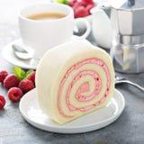 Gâteau de petit pain de vanille avec le remplissage de baie image libre de droits