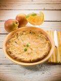 Gâteau de poire avec la confiture d'oranges Image libre de droits