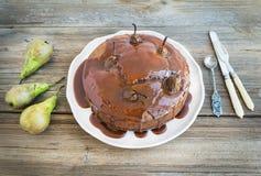 Gâteau de poire, de gingembre et de miel avec l'écrimage et les fres crémeux de caramel Images libres de droits