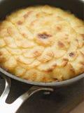 Gâteau de Pomme Anna dans une poêle Photographie stock libre de droits