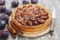 Gâteau de prune avec de la cannelle et des amandes Image libre de droits