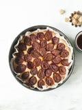 Gâteau de prune avec la tasse et le sucre roux de thé Vue supérieure Photo stock