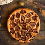 Gâteau de prune sur le fond rustique en bois Photographie stock