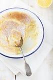Gâteau de pudding de citron avec les citrons frais Fond en bois Image libre de droits