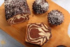 Gâteau de remous avec du chocolat sur le conseil en bois Image libre de droits