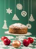 Gâteau de rhum de raisin sec de compote de pommes pour la table de Noël Photo stock