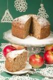 Gâteau de rhum de raisin sec de compote de pommes pour la table de Noël Images libres de droits