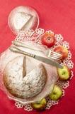 Gâteau de rhum de raisin sec de compote de pommes pour la table de Noël Photographie stock libre de droits