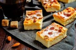 Gâteau de Ricotta de citron avec des amandes arrosant images libres de droits