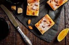 Gâteau de Ricotta de citron avec des amandes arrosant photo libre de droits