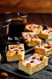 Gâteau de Ricotta de citron avec des amandes arrosant photos libres de droits