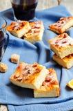 Gâteau de Ricotta de citron avec des amandes arrosant image stock