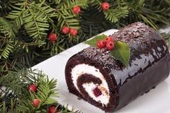 Gâteau de rondin de Noël de Noël de plat sous l'arbre Photographie stock libre de droits