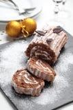Gâteau de rondin de Noël sur une table de Noël Photographie stock libre de droits