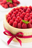 Gâteau de Savoie d'anniversaire avec des framboises Photo stock