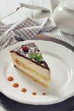 Gâteau de soufflé avec le glaçage de chocolat Images libres de droits