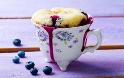 Gâteau de tasse préparé dans la micro-onde photos libres de droits