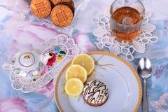 Gâteau de thé et de chocolat de citron avec des biscuits Photo stock