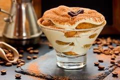 Gâteau de tiramisu en verre, dessert italien classique des biscuits sav Photo libre de droits