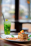 Gâteau de Tiramisu et boisson de mojito Photographie stock libre de droits