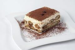 Gâteau de Tiramisu sur le fond blanc photo libre de droits