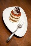 Gâteau de Tiramisu sur le fond en bois de table Photographie stock