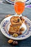 Gâteau de tradition : tranches de gâteau de châtaigne douce Images stock