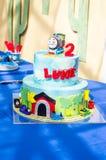 Gâteau de train pour le 2ème anniversaire Images stock