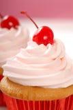 Gâteau de vanille avec la cerise de maraschino Images libres de droits