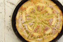 Gâteau de vanille d'Apple de rhubarbe en faisant Tray White Background cuire au four Photo libre de droits