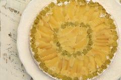 Gâteau de vanille d'Apple de rhubarbe sur le fond blanc de blanc de plat Image stock