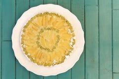 Gâteau de vanille d'Apple de rhubarbe sur le fond blanc de turquoise de plat Photo libre de droits