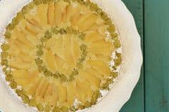 Gâteau de vanille d'Apple de rhubarbe sur le fond blanc de turquoise de plat Photos stock