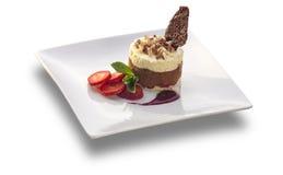 Gâteau de vanille rond avec des tranches de souris et de fraise de chocolat Photo stock