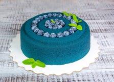 Gâteau de velours de chocolat avec des myrtilles et des feuilles de basilic Photo stock