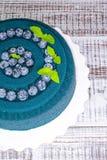 Gâteau de velours de chocolat avec des myrtilles et des feuilles de basilic Photographie stock