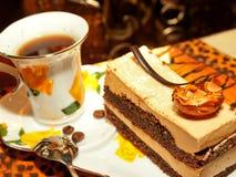 Gâteau de Vienne avec l'amande et le caramel en café Photographie stock libre de droits