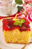 Gâteau de yaourt avec la gelée de fruit photos libres de droits