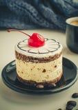Gâteau doux avec une cerise photographie stock
