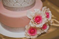 Gâteau doux décoré des coeurs et des fleurs roses 6761 Photo stock