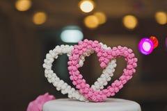 Gâteau doux décoré des coeurs et des fleurs roses 6762 Photos stock