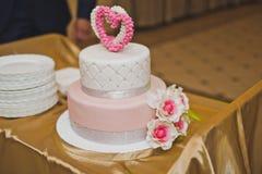 Gâteau doux décoré des coeurs et des fleurs roses 6764 Image stock
