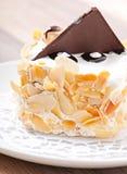 Gâteau doux d'amande avec de la crème et le chocolat fouettés photo stock