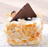 Gâteau doux d'amande avec de la crème et le chocolat fouettés images libres de droits