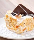 Gâteau doux d'amande avec de la crème et le chocolat fouettés images stock