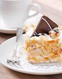 Gâteau doux d'amande avec de la crème et le chocolat fouettés image libre de droits