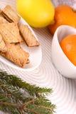 Gâteau doux du plat et des fruits blancs Image libre de droits