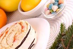 Gâteau doux du plat et des fruits blancs Photographie stock libre de droits